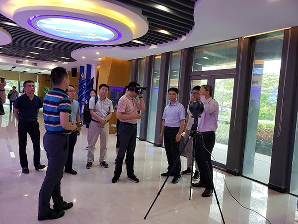 彭洪泽部长在迈威科技体验VR产品.jpg